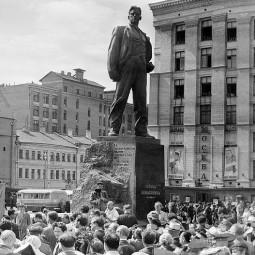 63 года назад в Москве открыт памятник поэту Владимиру Маяковскому
