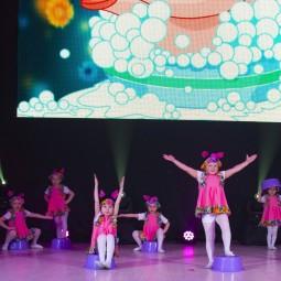 Этюды с предметами в видеоролике «Танцуем играя»