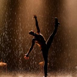Шоу под дождем «Только для женщин»