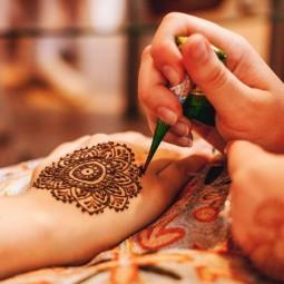 Три художницы расскажут вам о прекрасном искусстве - роспись мехенди.
