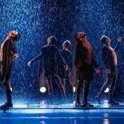 Шоу под дождем «Мужчина vs женщина»